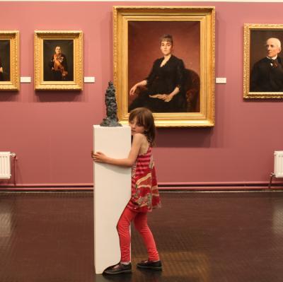 Valérie Blass STATUER. Les figures du socle (Partie II) © Guillaume La Brie—Regard de proximité—Photographie—Tirage de 2017 suite à une action/sculpture de 2012.
